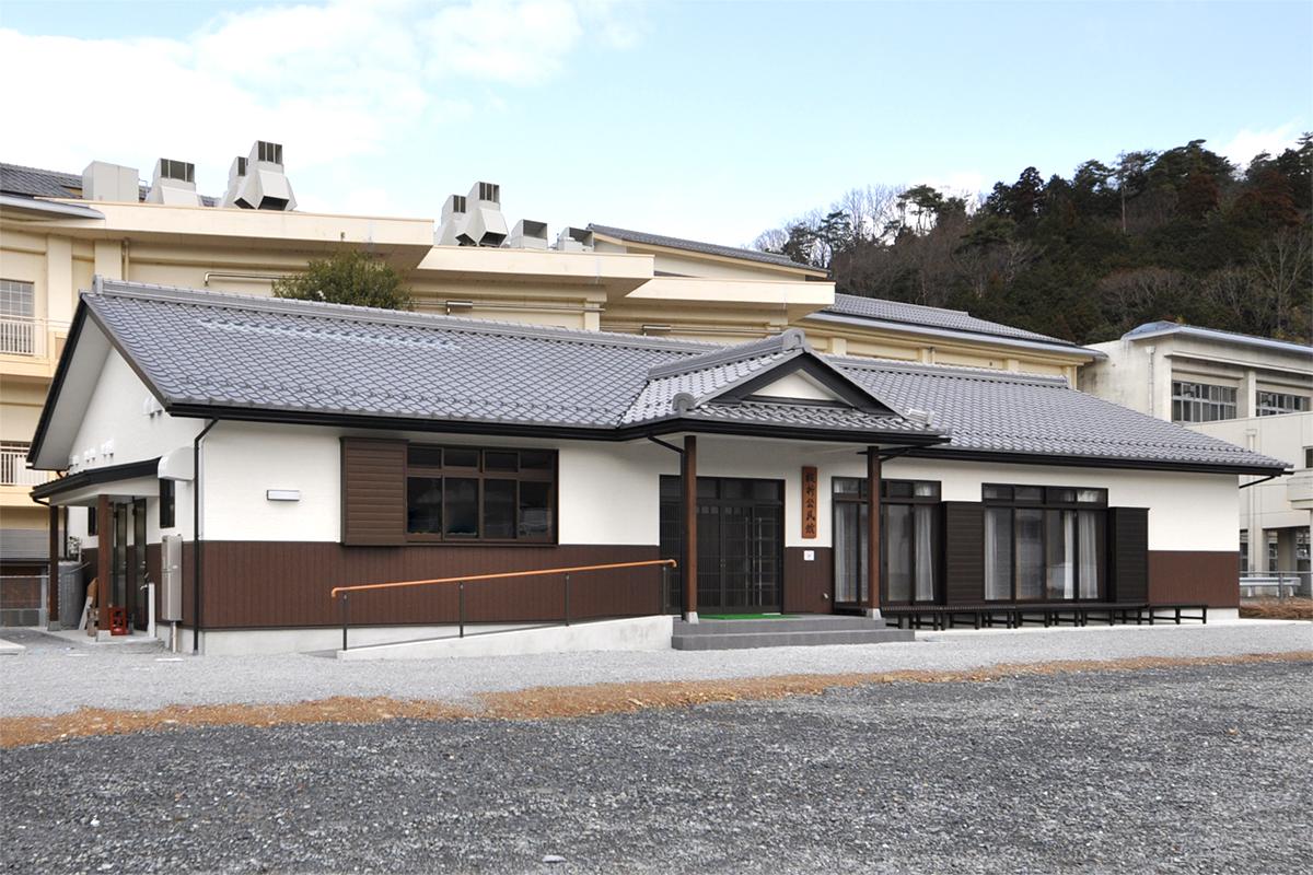 名水を湛える宿場町に建つ公民館