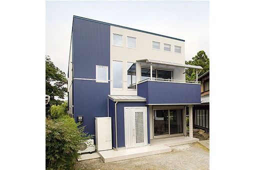 デザイン階段に朝日が差し込む家