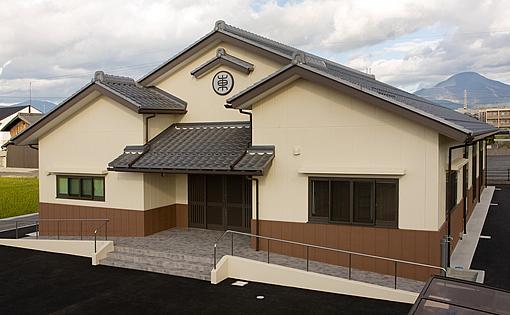 市街地に建つ「伊吹山に甍を連ねる地元会館」